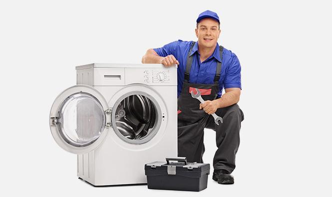 Mężczyzna naprawiający pralkę